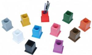 11 Stifthalter für farbige Buntstifte.