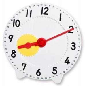 Lernuhr mit sichtbarem Uhrwerk.