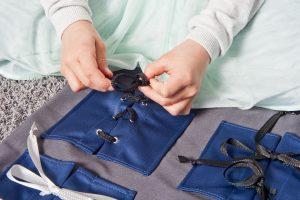 Montessori-Material: Übungsfeld zum Schleifen binden lernen.