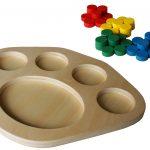Montessori-Material Sortiertablett zum üben des Pinzettengriffs.