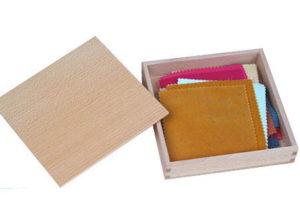 Montessori Kasten mit Stoffen zur Förderung sensorischer Fähigkeiten