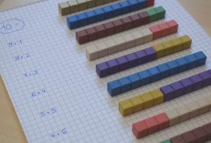 Zahlenzerlegung mit den Montessori-Rechenstäbchen lernen.