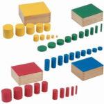 Montessori-Material knopflose farbige Zylinder zum Sortieren und Ordnen lernen.