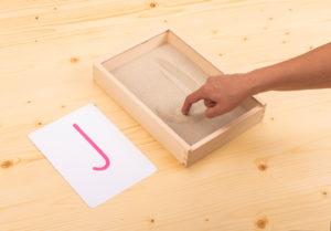 Montessori-Aktionstablett Buchstaben im Sand schreiben