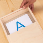 Buchstaben im Sand schreiben lernen